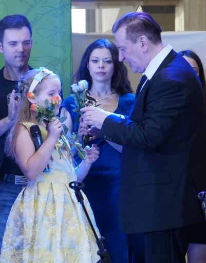Сергей Пенкин лично вручил подарки участникам концерта
