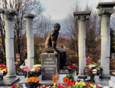 На могиле Ильи Олейникова установлен памятник