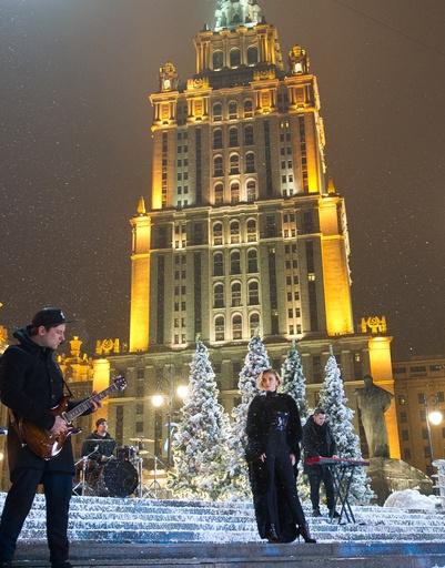 Полина Гагарина выступила рядом с гостиницей «Украина»