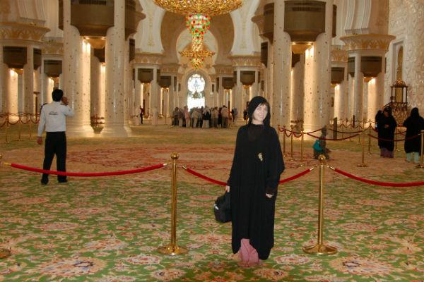 Наталья внутри Великой Мечети Шейха Зайда
