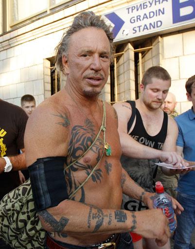 Актер передвигался по Москве в плотном кольце поклонников
