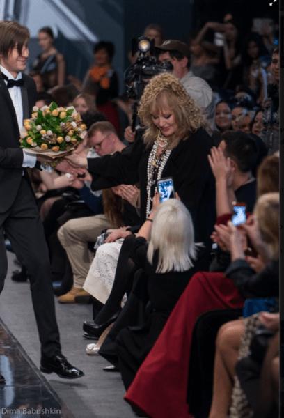 В знак признательности Примадонна преподнесла дизайнеру букет тюльпанов