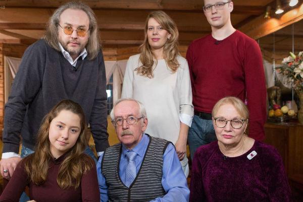 Василий Борисович Ливанов в окружении родных