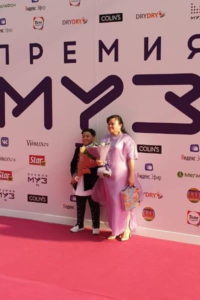Ержан Максим пришел с мамой на премию