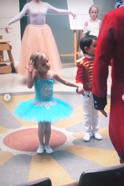 Девочка исполнила танец в балетной пачке