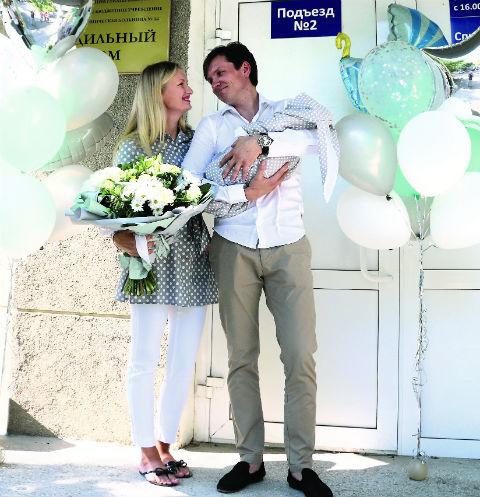 Вячеслав и Надежда с сыном в день выписки из роддома