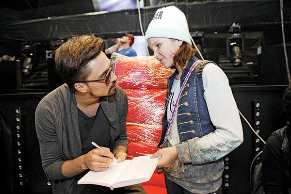 Когда в студию  вошел Дима Билан,  Оля, конечно,  не упустила  возможности  познакомиться  с ним и взять  автограф