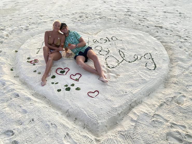 Так как Олег был не способен создавать для Анастасии романтику, она делала это сама