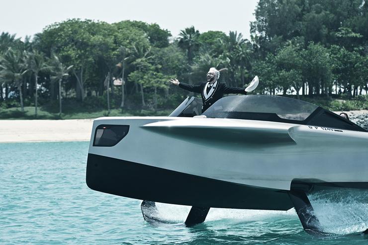 На видео артист нарезает необычную лодку.