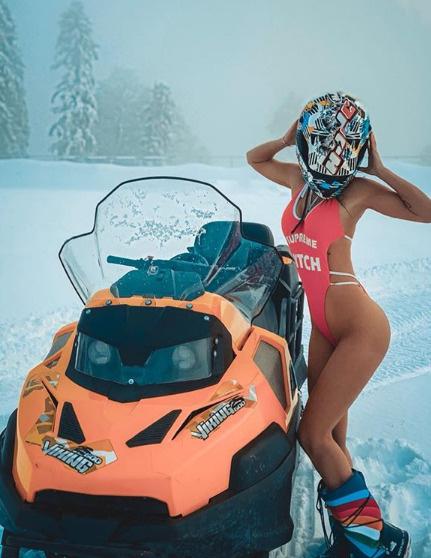 Виктория Романец продемонстрировала точеную фигуру в довольно открытом купальнике