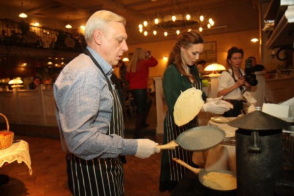Александр Половцев лихо управляется со сковородкой