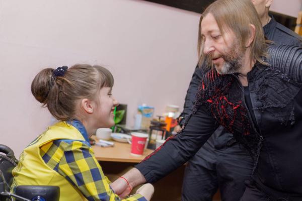 Шура Би-2 подарил девочке диски с автографами мизукантов