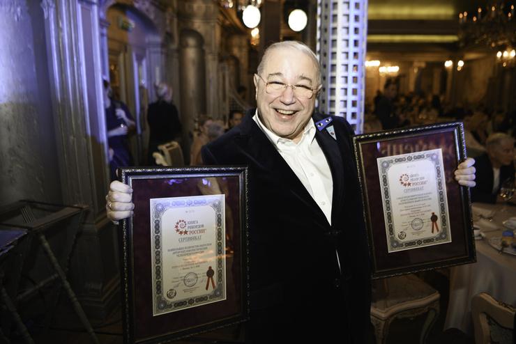 Евгений Петросян получил статуэтку премии «Рекордсмены Instagram»