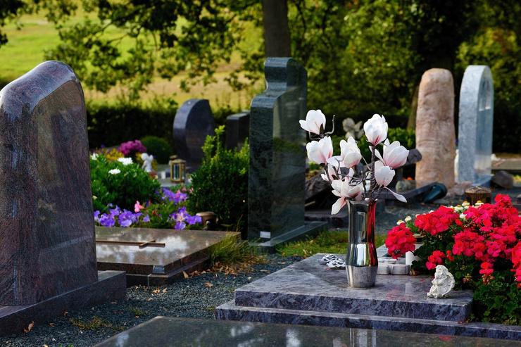 Находиться на кладбище сейчас запрещено во многих регионах страны