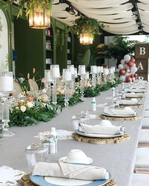Семья артистов собрала много друзей за столом