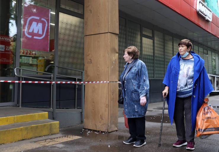 Эксперты проверяют магазин, в которым были куплены арбузы