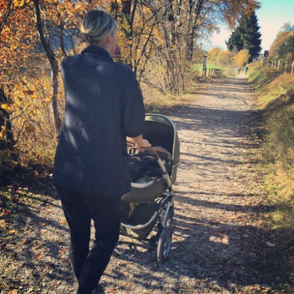 Мария прогуливается с коляской