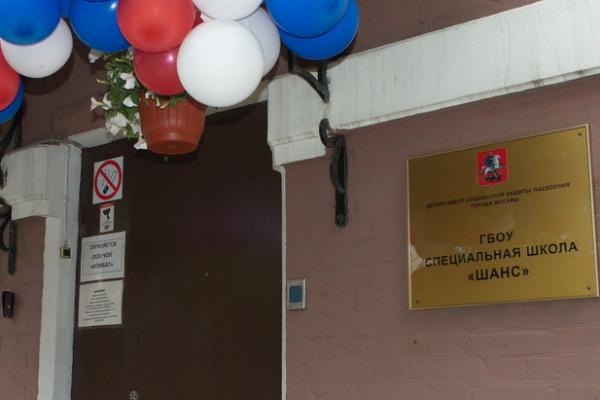 Территория школы — это двухэтажное здание и 300 квадратных метров двора