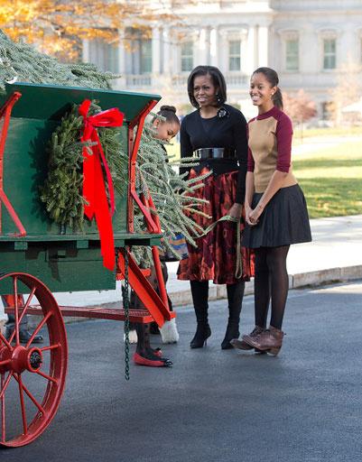 Мишель Обама с дочерями встречают новогоднюю елку