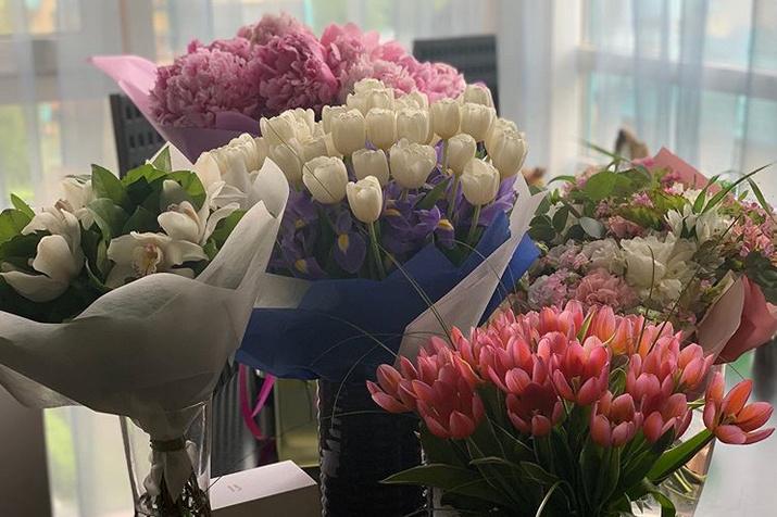 Друзья прислали артистке букеты цветов в честь праздника и в знак поддержки
