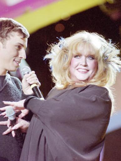 Первые появления Аллы и Максима на публике порождали слухи об их возможном романе. Выступление на концерте «Песня года 2001».