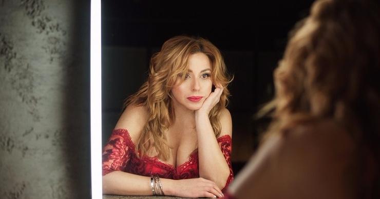 Алена Апина сверкнула грудью на съемках провокационного клипа