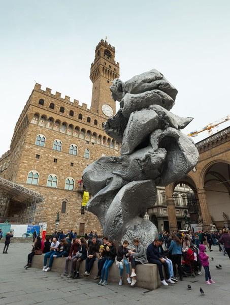 Скульптура, по замыслу художника, символизирует творчество
