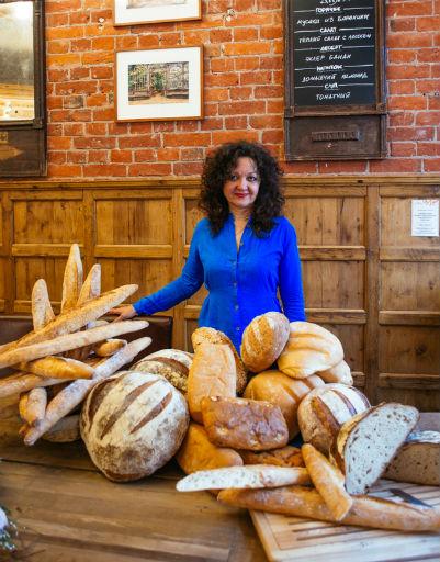 Один из спикеров на корнере с хлебом