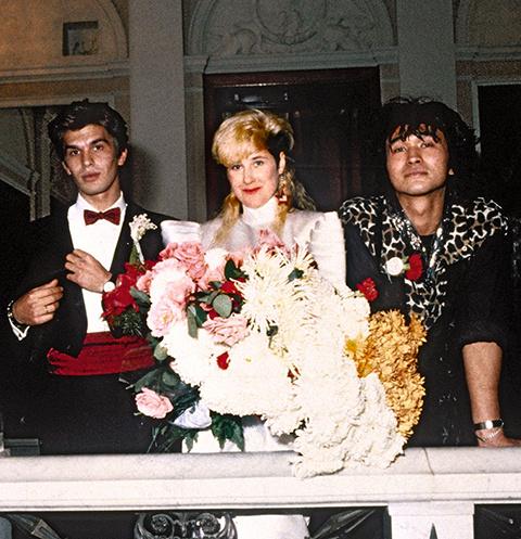 Белое платье невеста заказала у американского модельера, а для жениха привезла смокинг и красный кушак