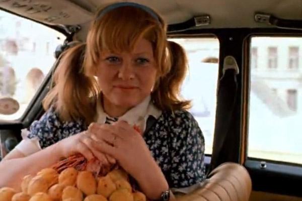 В фильме героиня Муравьевой угощала своих цыганских друзей абрикосами