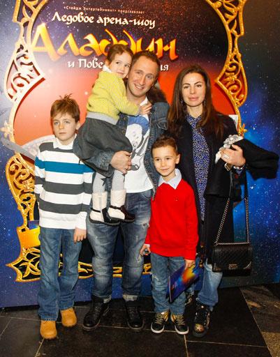 Оскар Кучера с женой и детьми