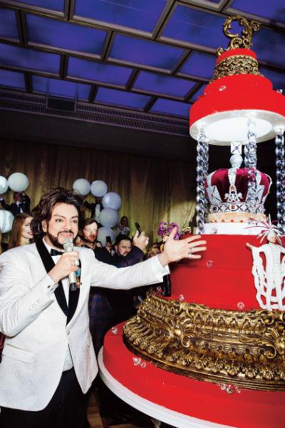 Медовик в виде короны для поп-короля весил 400 килограммов
