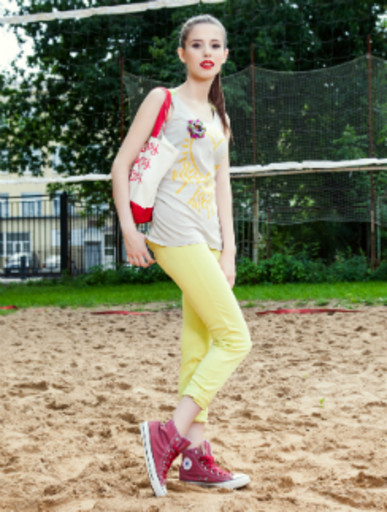 На певице Elvira T одежды Uniqlo: Майка, 699 руб. Леггинсы, 999 руб. Сумка, 399 руб. Кеды Converse, 3590 руб.