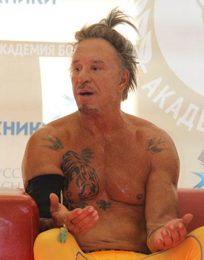 После боя актер поговорил с журналистами