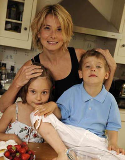 Юлия Высоцкая с дочерью Марией и сыном Петром