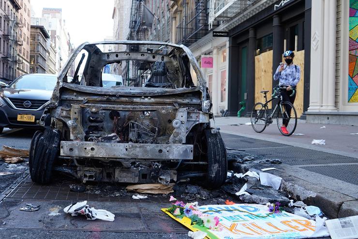 Уничтоженная полицейская машина, 1 июня 2020 года, Нью-Йорк