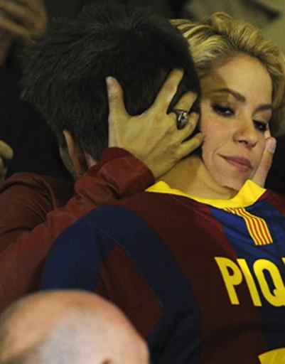 «Барселона» проиграла «Реалу», несчастный Пике поднялся на трибуну к Шакире, чтобы та утешила его.
