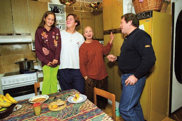 У звезды двое детей – Филипп от брака с Анатолием Васильевым и Лиза от брака с Георгием Мартиросяном, конец 90-х