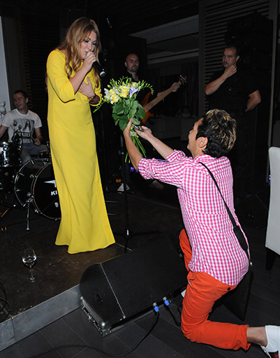 По конец выступления Ирины Олег бросился к ее ногам