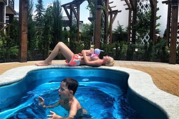 Дарья в Крыму наслаждалась отдыхом у бассейна, успевая нянчить младшего сына Давида и присматривать за старшим Артемом