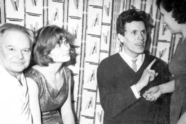 Первой супругой звезды стала Людмила Колесникова (вторая слева)