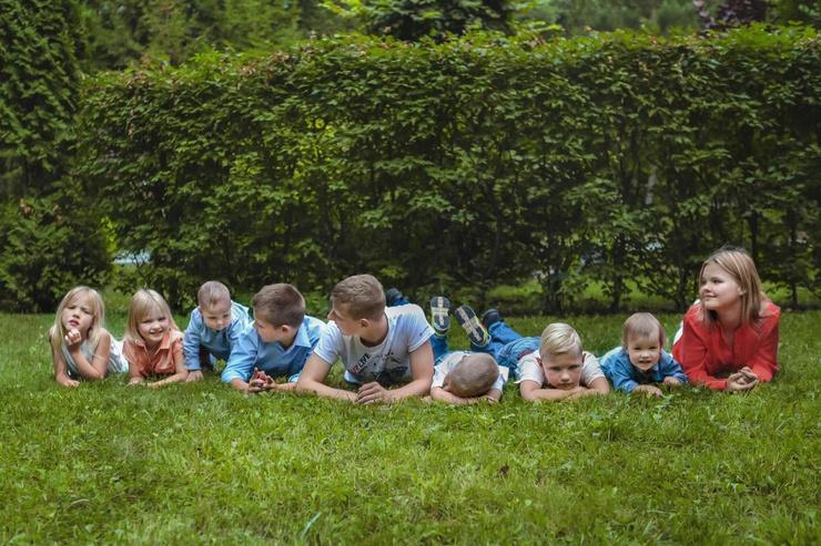 Старшие дети Оксаны помогают ей с малышами