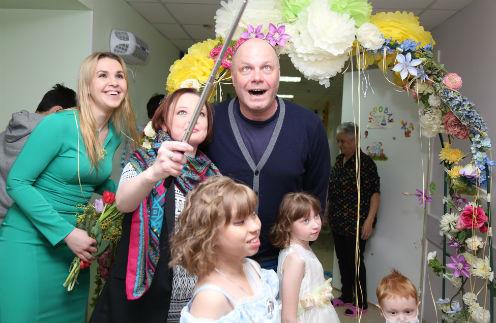 Алексей Кортнев поздравил детей в больнице