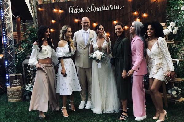 Жених и невеста с гостями праздника