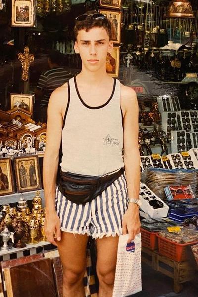 «Вот я выхожу из православного магазина на Халкидики в умопомрачительных шортах, которые я, видите ли, срезал у Сабрины», — иронизировал юморист