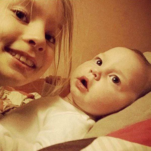 Софья помогает родителям в уходе за сестренкой