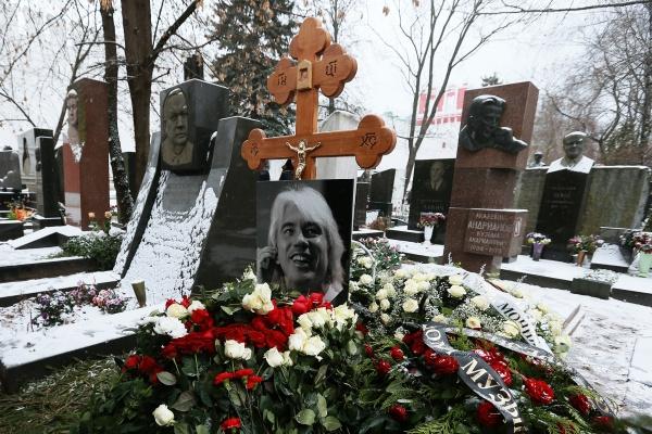 Место, где захоронена капсула с частью праха оперного певца Дмитрия Хворостовского, на Новодевичьем кладбище в Москве