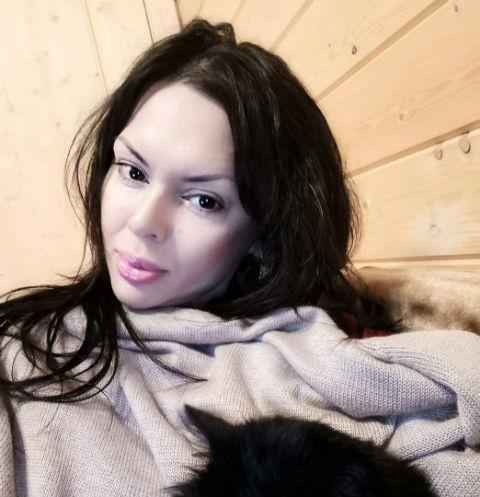 Тори Карасева возмутила общественность откровенными фотографиями с подругой