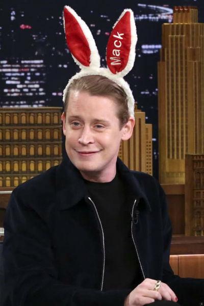 Актер часто придумывает забавные конкурсы и шутит вместе с поклонниками