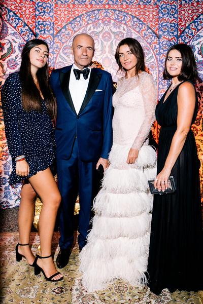 Игорь Крутой с женой и дочерьми Сашей и Викой